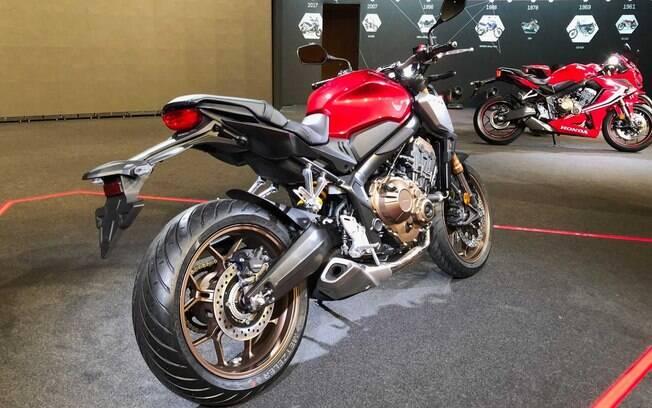 Alguns itens da  Honda CB650R foram revisados para se aproximar ainda mais das motocicletas de corrida