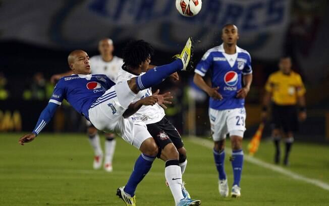 Romarinho disputa lance perigoso na partida  contra o Millonarios em Bogotá