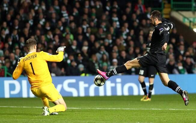 Vucinic tenta passar pelo goleiro do Celtic  na Escócia
