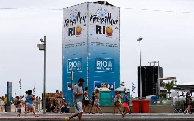 Após a festa de réveillon na praia de Copacabana, três mil garis que se revezaram na limpeza do local