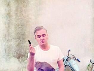 Capa. Morrissey posa com um cachorro para a capa do novo álbum, que questiona a condição humana