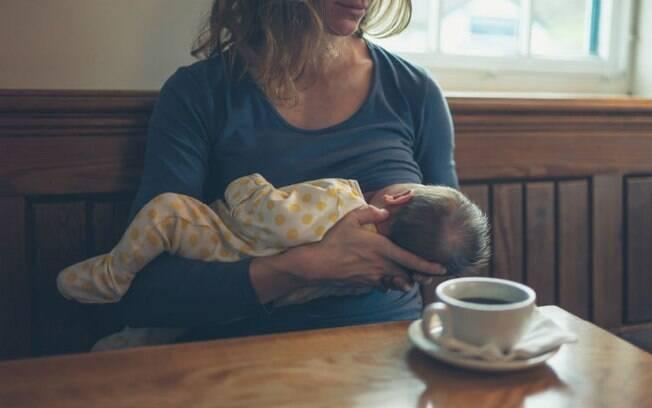 Uma mulher amamentando não deve se sentir constrangida, defende mãe que sofreu preconceito em café