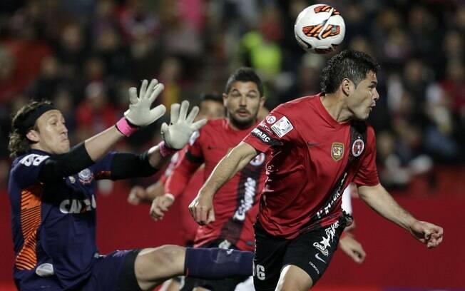 Cassio sai mal e não corta toque de Aguilar para Gandolfi na jogada do gol do Tijuana