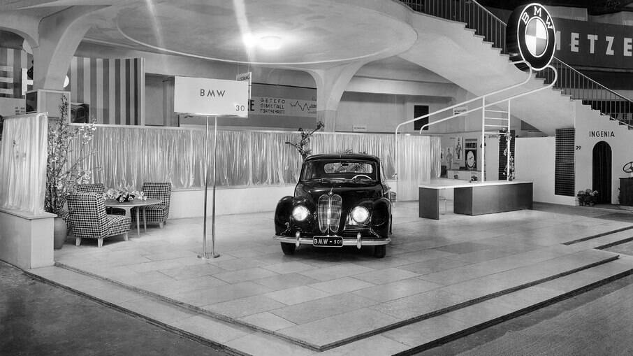 BMW 501 foi exibido no IAA – International Motor Show, chamando a atenção do público