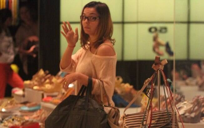 Regiane Alves visita loja de sapatos