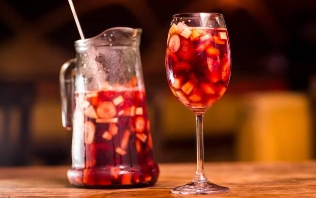 A sangria é preparada com vinho; veja a receita completa