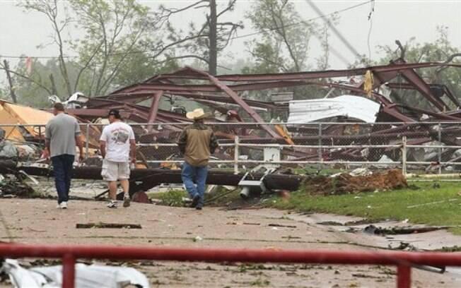 Moradores do Texas olham os danos a uma escola causadas pelo mau tempo e pelo tornado