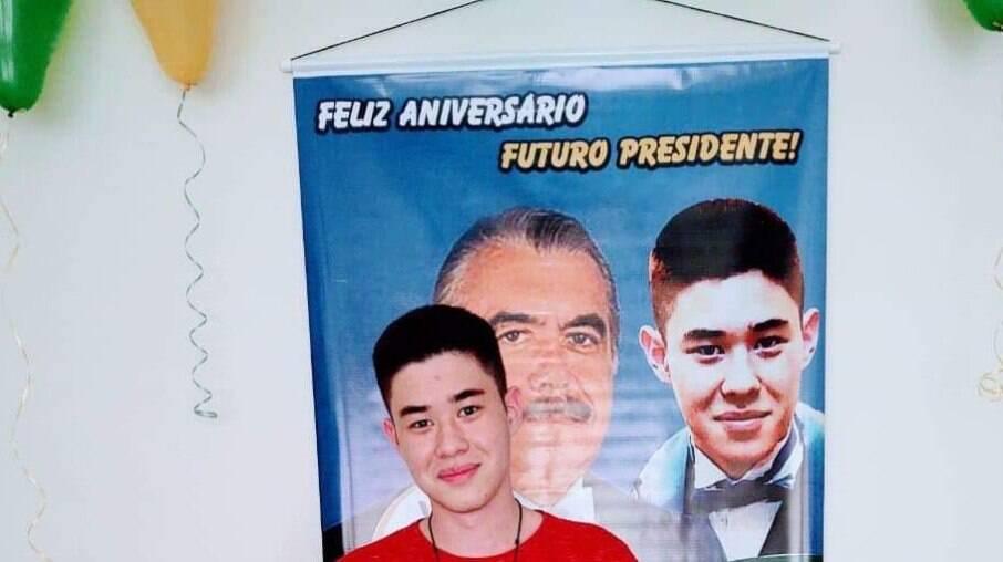 André posa para foto no aniversario de 16 anos, onde homenageou o ex-presidente Jose Sarney