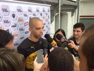 Após ser confirmado na lista de Dunga, Diego Tardelli foi a principal atração do treino do Atlético