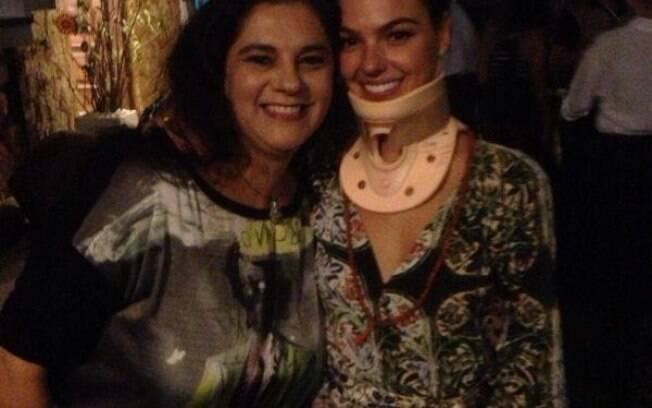 Isis Valverde usa colar cervical em festa de aniversário