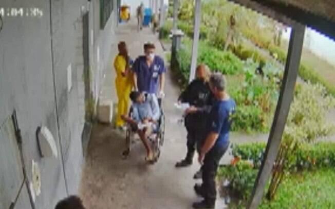 Nas imagens, é possível ver o detento chegando ao hospital ainda com vida