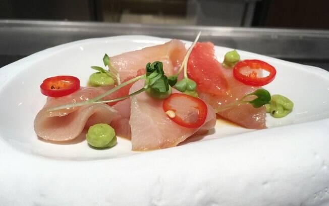 O primeiro prato servido pelo chef na degustação foi um sashimi com fatias de pimenta, creme de abacate e molho agridoce
