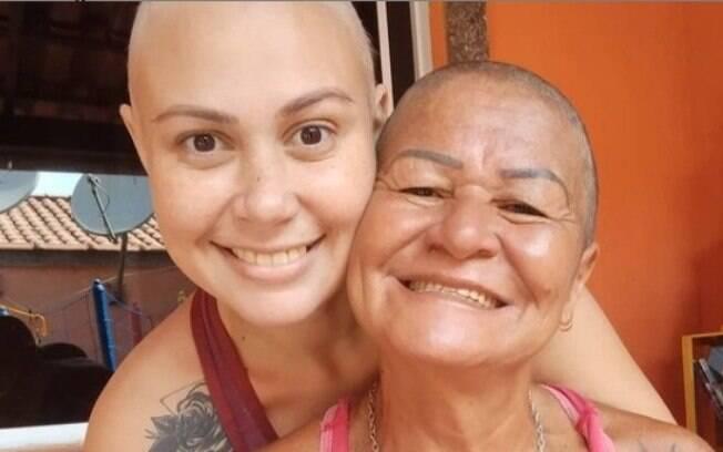 Luciana e sua mãe rasparam o cabelo