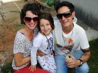 A pequena Malu, de sete anos, com as mães Giovana Amaral e Lia Braga