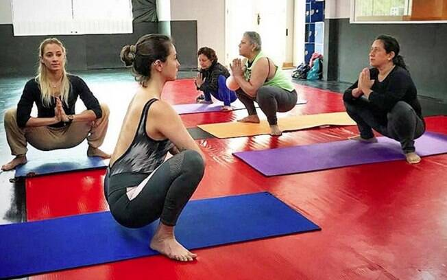 Hoje, como instrutora de ioga, Roberta ajuda pacientes que querem unir tratamento de câncer e atividade física