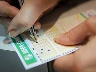 ECONOMIA . BELO HORIZONTE , MG  Mega Sena acumula em R$ 80 mil e atrai jogadores as casas lotericas  FOTO: LINCON ZARBIETTI / O TEMPO / 18.11.2014