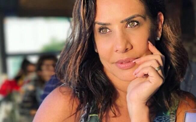 Scheila Carvalho exibe boa forma no auge de seus 44 anos e é muito elogiada nas redes sociais