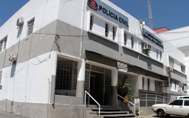 Polícia ouve vizinha de mulher que levou cadáver a banco