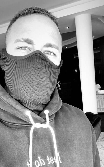 Neymar postou foto usando máscara