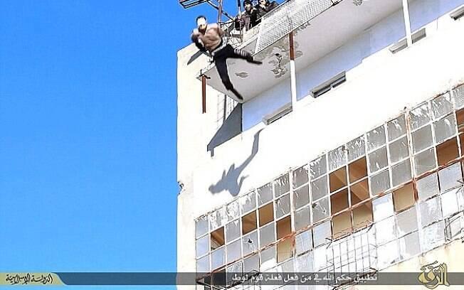 Estado Islâmico executou gays jogando-os de prédios. Grupo diz ter feito mais de 20 execuções do tipo. Foto: Reprodução/ISIS