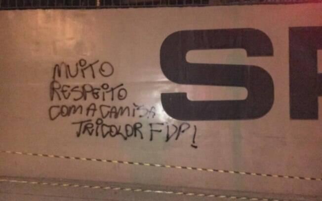 Muros do Morumbi pichados após eliminação do São Paulo