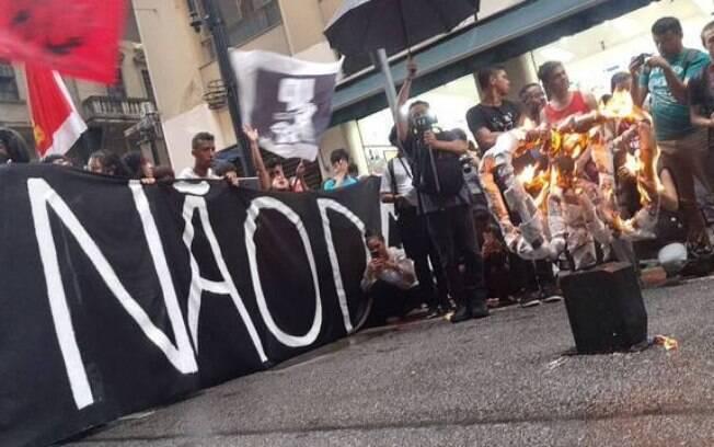 Grupo queimou uma catraca durante o protesto desta quinta-feira (9) em um ato simbólico contra o aumento das passagens.