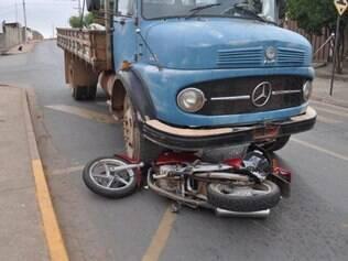 Motociclista  inabilitado invadiu contramão e colidiu contra caminhão