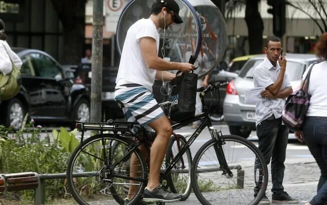 Sérgio Marone pedalou na tarde desta segunda-feira (9) nas ruas do Leblon, no Rio