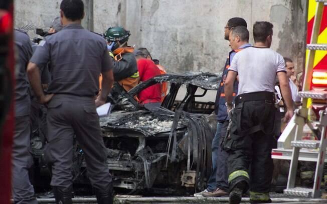 Avião monomotor que caiu em São Paulo destruiu alguns carros e comprometeu a estrutura de uma casa