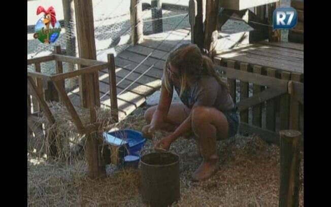 Raquel limpa bebedouro das cabras
