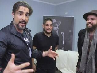Marcos Mion invade o camarim de Jorge e Mateus