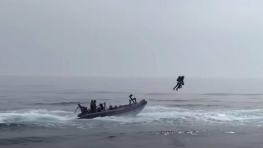 Marinha inglesa testa mochila voadora