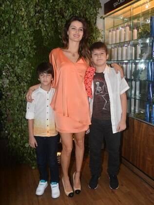 Isabeli Fontana com os filhos Zion e Lucas