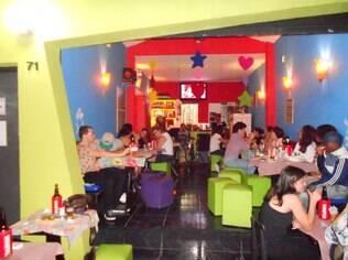 Bebida barata e público tranquilo fazem a combinação de sucesso do Espeto Bambu