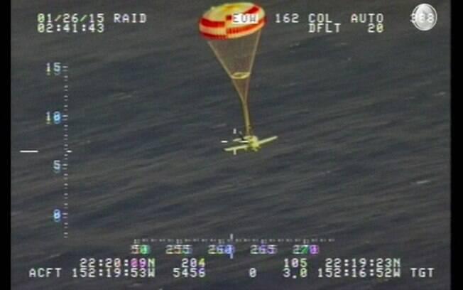 Piloto não sofreu ferimentos e foi resgatado por tripulantes de um navio de cruzeiro que passava pelo local