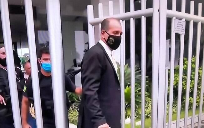 Agentes cumprem mandado de busca e apreensão em endereço ligado ao ex-secretário de Transportes Júlio Lopes