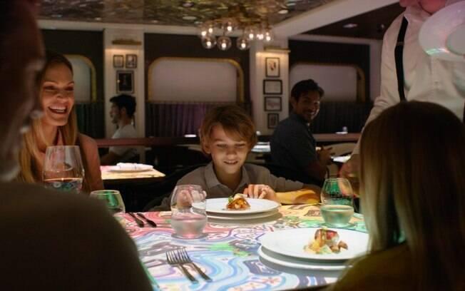 Nos cruzeiros da Royal Caribbean é possível ter um jantar diferente com uma mesa interativa