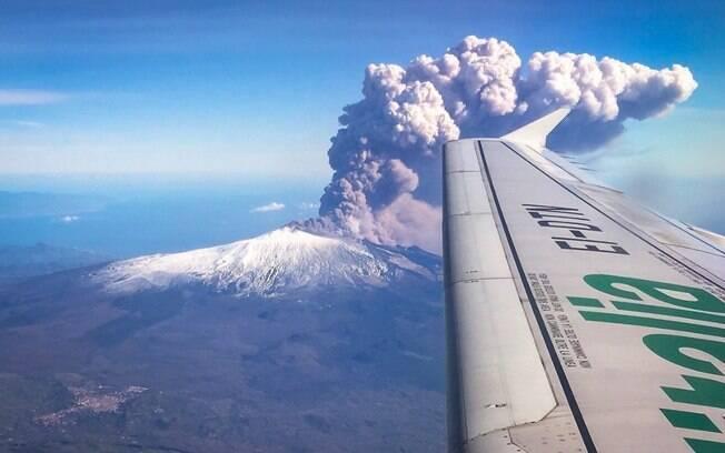 Imagem do vulcão Etna expelindo nuvens nesta véspera de Natal foi flagrada por um passageiro de um avião na Itália
