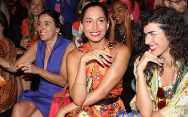 Camila Pitanga assistiu ao desfile do estilista André Lima, no SPFW