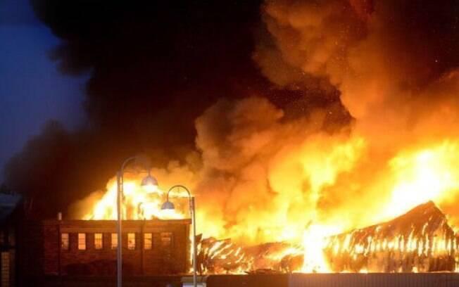Explosão causou um incêndio de grandes proporções em uma loja na cidade de Leicester, na Inglaterra