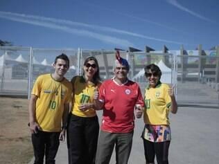 O brasileiro Thiago e as irmãs Penha e Nelma posam para foto com o torcedor chileno Ramberto no Mineirão