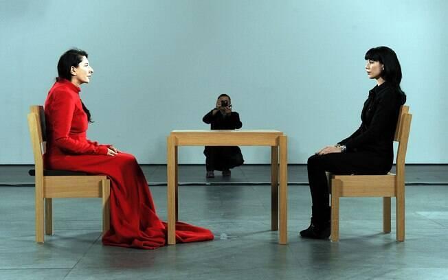 Marina durante a performance no MoMA, na qual o público se sentava em silêncio diante da artista