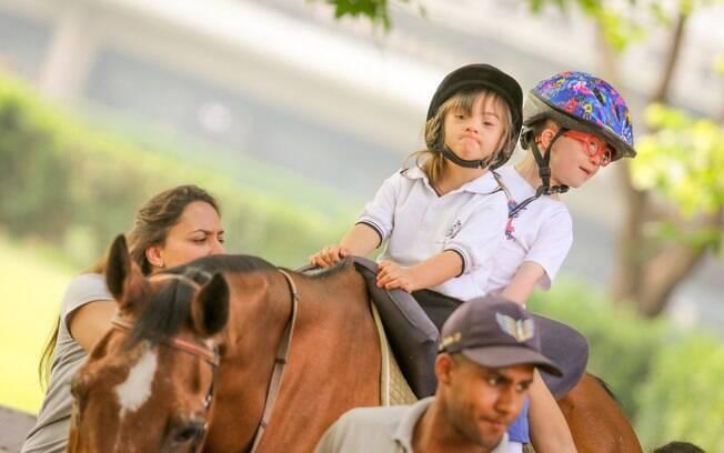 A escola de equitação da Hípica Paulista reabilita crianças e adultos com a equoterapia