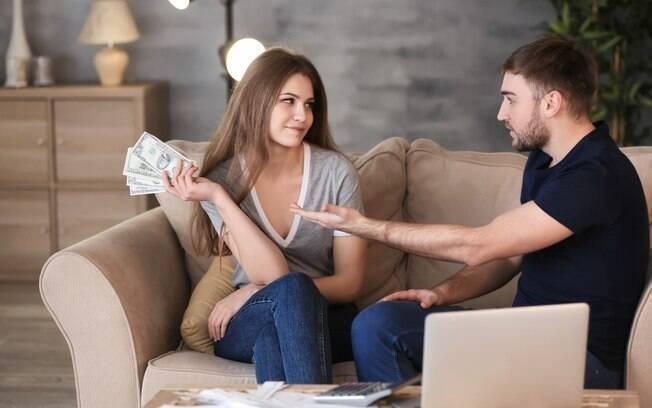 Mulher diz que marido só gasta dinheiro com coisas essenciais e, por isso, pede um salário para comprar itens pessoais