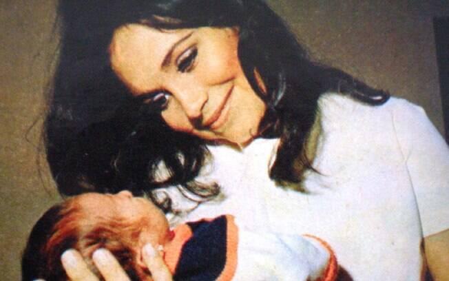 Regina Duarte com Gabriela Duarte, logo após o nascimento da filha, em 1974