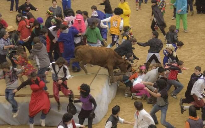 Tortura animal: corridas de touros na Espanha reúnem milhares para tortura de animal até sua morte. Foto: Wikimedia Commons
