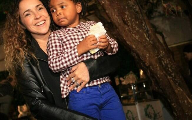 Daniela Mercury carrega o aniversariante Gabriel, filho adotivo de Astrid Fontenelle