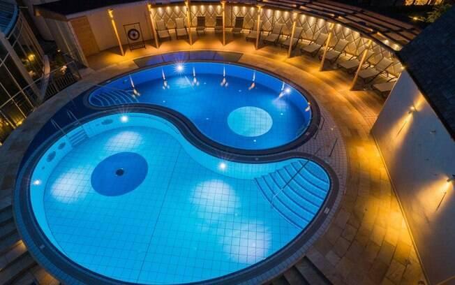 Em formato de yin yang, essa piscina se destaca entre as fotos de piscinas por ter