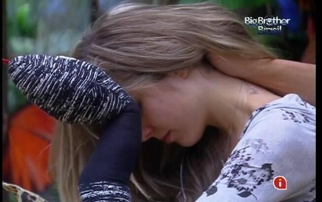 Renata aproveita a massagem de Ronaldo