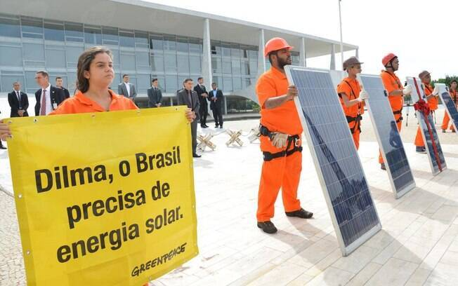 Greenpeace faz ato em frente ao Planalto por incentivo à energia solar